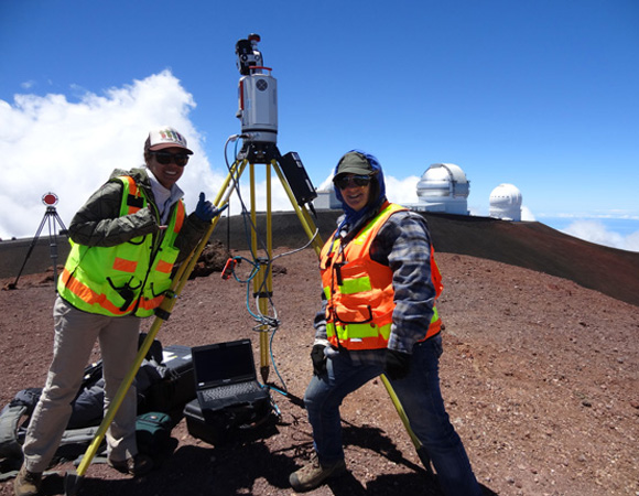 Amber Stillman and Margaux Mellott assist with a scan at the top of Mauna Kea. Photo by Marianne Okal, UNAVCO.