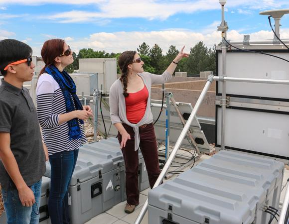 Geo-Launchpad interns learn about GPS technology from UNAVCO polar engineer Annie Zaino. (Photo/Benjamin Gross, UNAVCO)