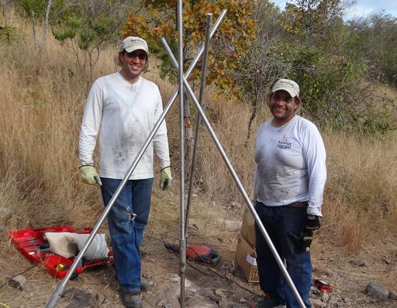 Ricardo Lopez and Antonio Rodriquez of FUNVISIS prepare the monument legs for welding at CN41. (Photo/Franck Audemard)