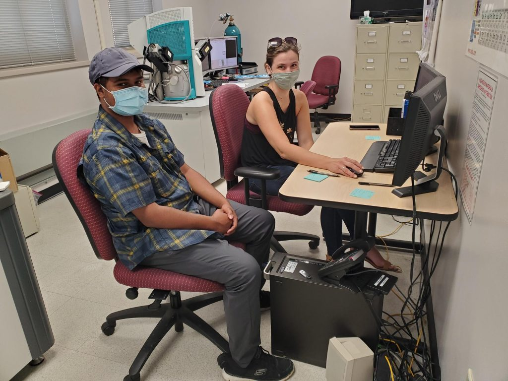 RESESS intern Shams Ahmed and lab manager Kelsey Livingston looking at the automated mineralogy data on a computer.